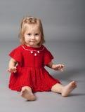 Petite fille dans des vêtements rouges Image libre de droits