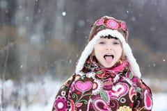 Petite fille dans l'automne intense de neige Photographie stock
