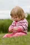 Petite fille dans l'herbe Photo stock