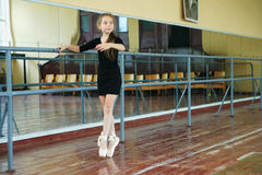 Petite fille dans la classe de danse Images libres de droits