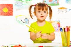 Petite fille dans la classe de dessin Photos libres de droits