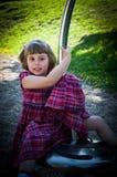 Petite fille dans la cour de jeu photographie stock