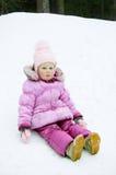 Petite fille dans la fille dans le survêtement rose d'hiver Image stock