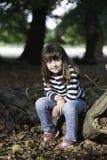 Petite fille dans la forêt photographie stock libre de droits