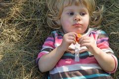 Petite fille dans la meule de foin photographie stock libre de droits