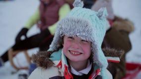 Petite fille dans la neige avec des amis banque de vidéos