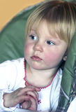 Petite fille dans la pensée Photo stock