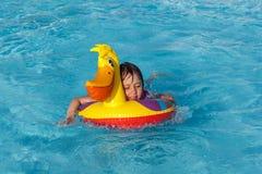 Petite fille dans la piscine photo stock