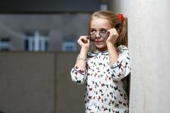 Petite fille dans la pose de lunettes de soleil Photo libre de droits