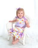 Petite fille dans la robe de point de polka photographie stock