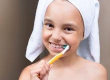 Petite fille dans la salle de bains Photo libre de droits