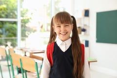 Petite fille dans la salle de classe Uniforme élégant image stock