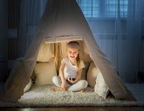 Petite fille dans la tente de tipi dans la chambre Image libre de droits