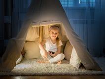 Petite fille dans la tente de tipi dans la chambre Photos libres de droits