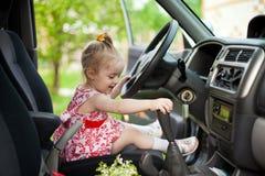 Petite fille dans la voiture Photos libres de droits
