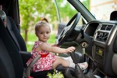 Petite fille dans la voiture Photo stock
