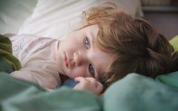 Petite fille dans le bâti photographie stock libre de droits