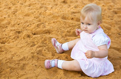 Petite fille dans le bac à sable photos stock