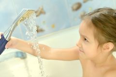 Petite fille dans le bain Image libre de droits