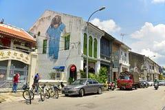Petite fille dans le bleu sur le mur Image libre de droits
