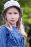Petite fille dans le chapeau bleu Images stock