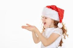 Petite fille dans le chapeau de Santa Photo libre de droits