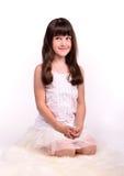 Petite fille dans le costume angélique sur le nuage blanc Image libre de droits