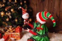 Petite fille dans le costume de Noël Elf avec des cadeaux Photos stock