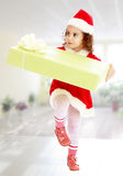 Petite fille dans le costume de Santa Claus avec le cadeau photographie stock libre de droits