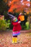 Petite fille dans le costume de sorcière chez Halloween photographie stock