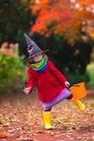Petite fille dans le costume de sorcière chez Halloween images stock