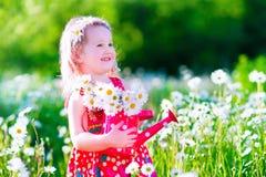 Petite fille dans le domaine de fleur de marguerite Photographie stock libre de droits