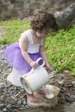 Petite fille dans le jardin Image libre de droits