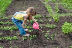 Petite fille dans le jardin image stock