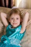 Petite fille dans le portrait de robe de vacances photos libres de droits