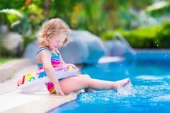 Petite fille dans le regroupement photos stock