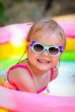 Petite fille dans le regroupement images stock