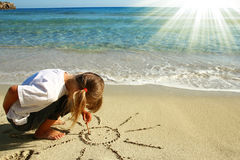 Petite fille dans le sable sur la plage Images libres de droits