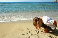 Petite fille dans le sable sur la plage Image stock