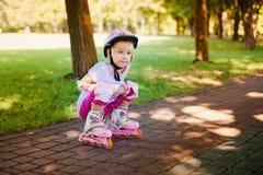 Petite fille dans le siège de rouleau Photographie stock libre de droits
