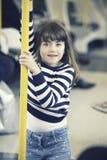Petite fille dans le souterrain photographie stock