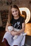 Petite fille dans le studio de grenier Images libres de droits