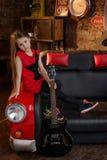 Petite fille dans le studio de grenier Photographie stock libre de droits
