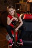 Petite fille dans le studio de grenier Photographie stock
