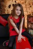 Petite fille dans le studio de grenier Image stock