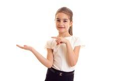Petite fille dans le T-shirt blanc et la jupe noire photos stock