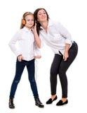 Petite fille dans les écouteurs et sa mère Photographie stock