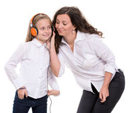 Petite fille dans les écouteurs et sa mère Images libres de droits