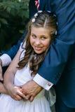 Petite fille dans son premier jour de communion avec son père Images libres de droits