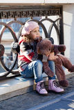 Petite fille dans un béret rose Images libres de droits